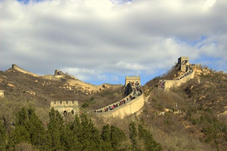 Veľký Čínsky múr s veľkým čínskym davom na ňom
