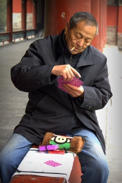 Čínsky dôchodcovia razia mnoho spoločenských aktivít v parkoch (a nielen kartových)