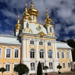 Jeden z palácov v Peterhofe