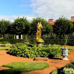 Zlatá socha v záhradách