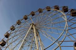 Ruské koleso v lunaparku sovietskeho charakteru