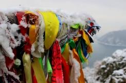 Farebné stuhy na vyhliadke na Bajkal