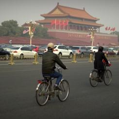 Premávka v Pekingu - bycikle, autá a smog