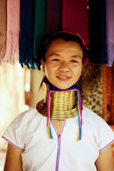 Mladá žena s vizuálne asi najdlhším krkom v dedinke