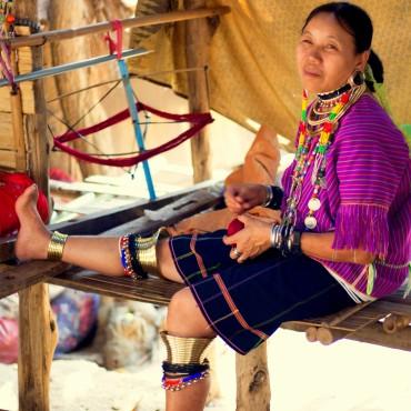 Žena z kmeňa Padaung s mosadznými obručami na predkolení