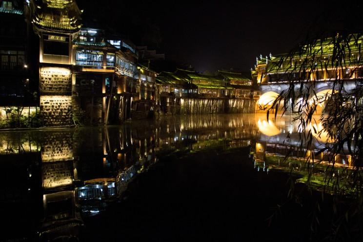 Nočná atmosféra vo Fenghuang - krajšie vysvietenejšie mesto sme zatiaľ nevideli