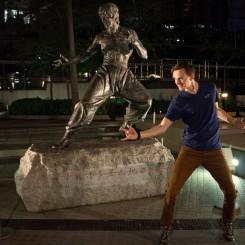 Stretnutie majstrov bojového umenia. Bruce Lee v popredí, teda pozadí :)