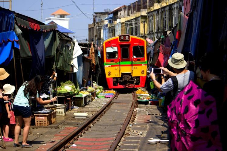 05_Vlak-na-trhu-Maeklong