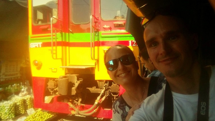 07_Maeklong-train-market-selfie