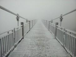 Most zahalený v rúšku hmly