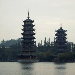 Niekoľkoposchodové pagody príjemne dotvárali atmosféru pri jazere, Guilin