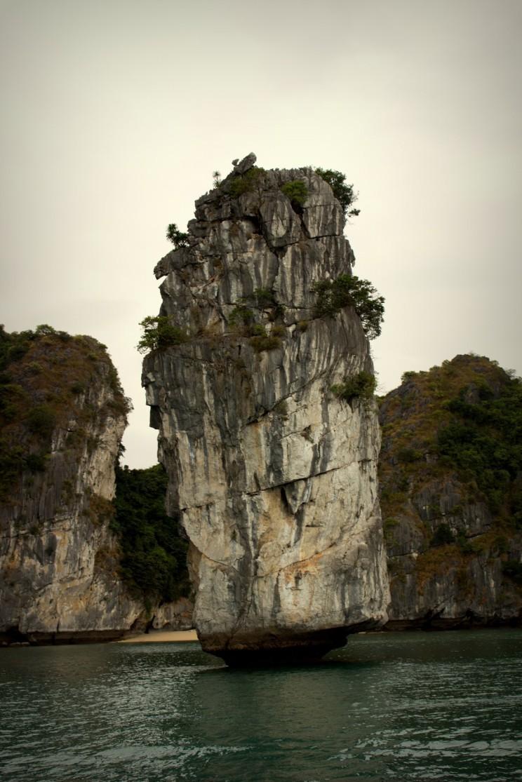 Jedna z dominánt zátoky Lan Ha