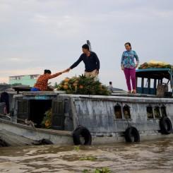 02_Plavajuci-trh-lod-ananasy-Mekong-delta