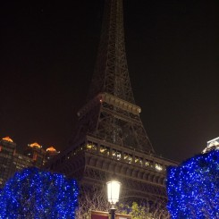 Naozaj veľká replika Eiffelovej veže pred kasínom s príznačným názvom - The Parisien
