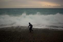 Peťo sa hrá na pobreží Tichého oceánu ako malé decko