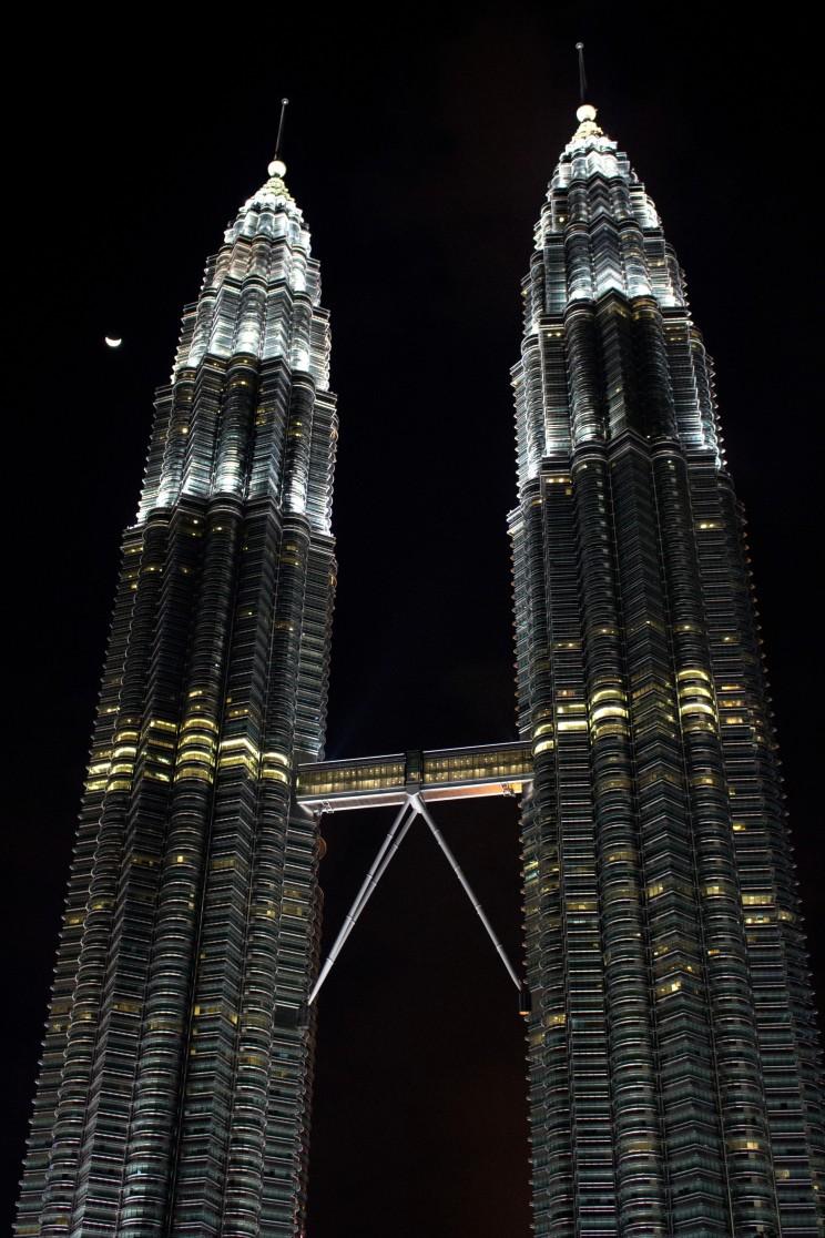 Petronas Towers - povinná zastávka v Kuala Lumpure (mesiac v pozadí photobomb-uje náš záber)