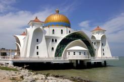 Moderná mešita na mori v meste Malacca