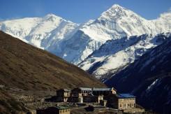 Z prava: výhľad na Annapurna III (7,555 m) a Gangapurna (7,455 m)