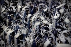 Ruky žiadajúce o pomoc, jeden z detailov The White Temple