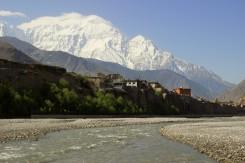 Pohľad na Himaláje pred tibetsky dýchajúcou dedinkou Kagbeni