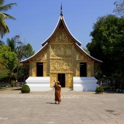 Mních fotiaci si chrám v Luang Prabang