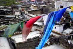 Tibetské vlajky nebol problém na treku nájsť. V pozadí strechy dedinky Kagbeni