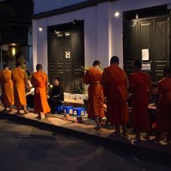 Budhistickí mnísi idúci si po almužnu