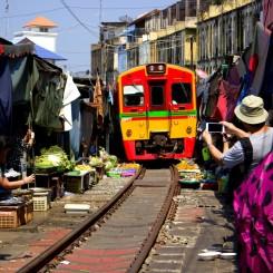 Vlak na železničnom trhu Maeklong