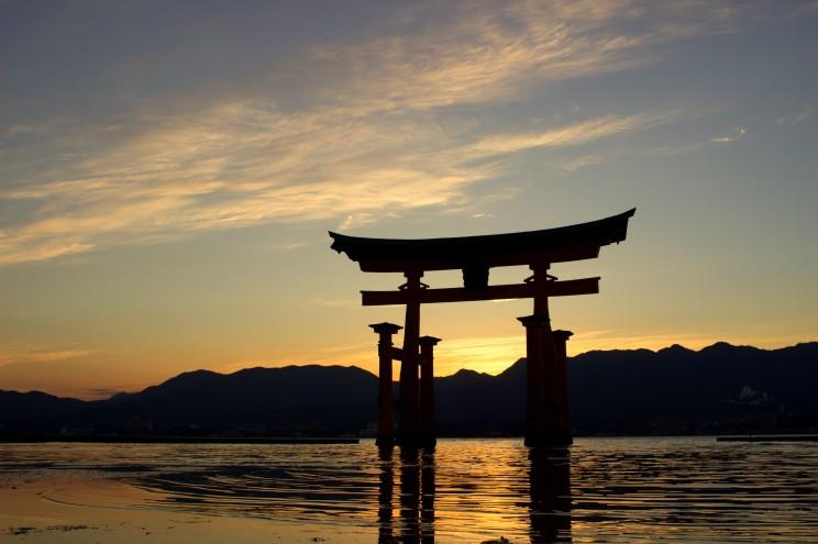 Azda najznámejšia brána v Japonsku. The Great Torii sa nachádza blízko Hiroshimy na ostrove Miyajima