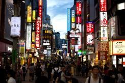 Vyblýskané tokijské uličky plné ľudí