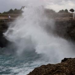 Tento skalný útvar s obrovskými vlnami má názov Diablove slzy - nejeden turista tu zaplakal po studenej sprche od nečakane vysokej vlny
