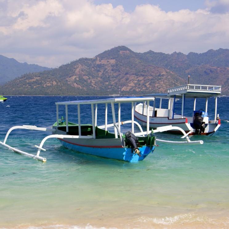 Rybárske loďky na Gili Air, v pozadí susediaci ostrov Lombok