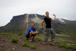 V pozadí aktívna sopka Tarumae Yama a v popredí dvaja borci