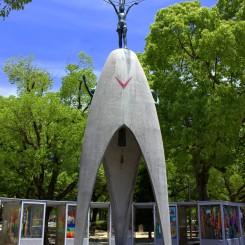 The Children`s Monument je určený pamiatke všetkých detí, ktoré zomreli bezprostredne alebo následkom atómového výbuchu