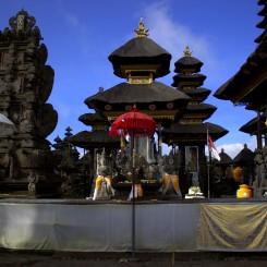 Hinduistický chrám v Kintamani na okraji krátera sopky Batur