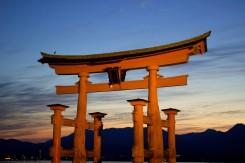 Azda najznámejšia brána Japonska pri západe slnka