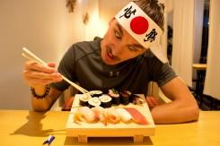 Z toho neustáleho tlačenia sushi do hlavy mi narástol samurajský účes a ninjovská čelenka