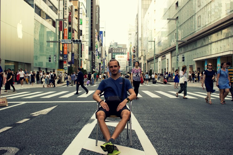 Nákupná štvrť Ginza je v sobotu počas dňa uzavretá pre vozidlá a môžte si napríklad sadnúť rovno do stredu hlavnej ulice
