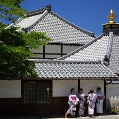 Tetky turistky prezlečené za Geishe - celkom moderný to trend