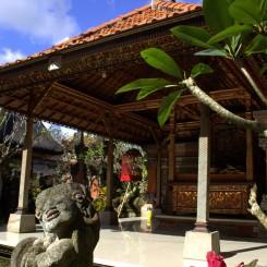 Niektoré rodiny si na dvore postavia vlastné hinduistické svätyne - takto to napríklad vyzeralo rovno pred našim ubytovaním