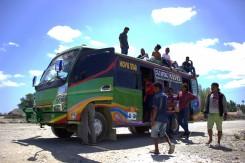 Aj takto sa jazdí po Východnom Timore - na streche minibusu